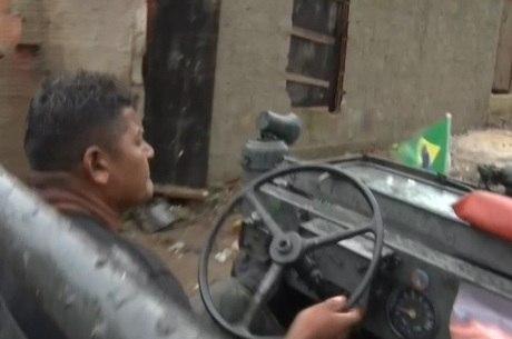 Douglas é morador de Guaratiba e ajuda os vizinhos