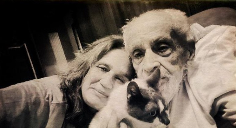Filha do jornalista, Ana Carolina Fernandes compartilhou uma foto com o pai nas redes sociais