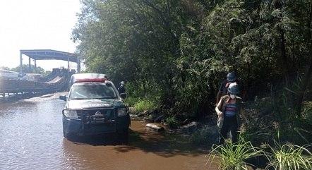 Equipe flagrou contaminação de manguezal