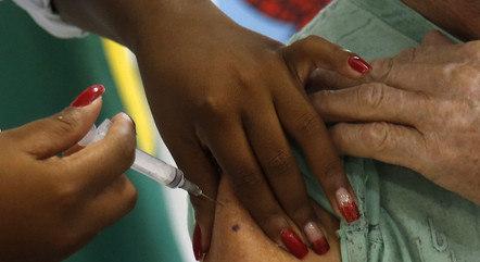 Rio vacina mulheres com 72 anos
