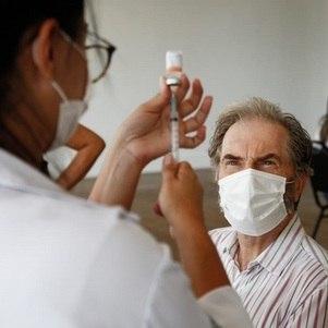 Rio vacina pessoas com 50 anos ou mais