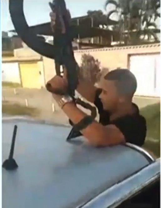 Imagens mostram comboio de homens fortemente armados no RJ
