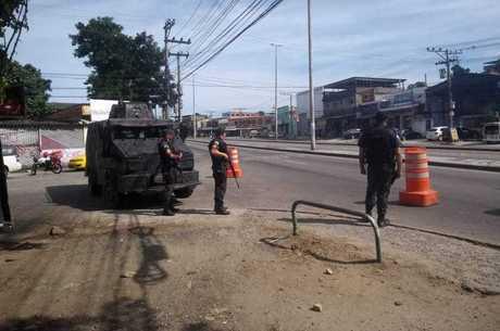 Policiais durante operação em Santa Cruz, em 2018