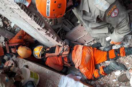 Bombeiros buscam desaparecidos nos escombros