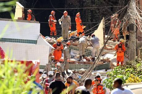 Bombeiros buscam vítimas nos escombros
