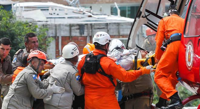Bombeiros realizam resgate de sobrevivente