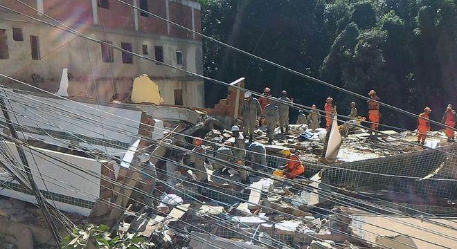 Equipes trabalham no resgate de vítimas na Comunidade da Muzema, no Rio