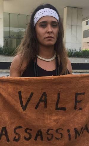 Carolina de Moura tocou uma sirene em protesto