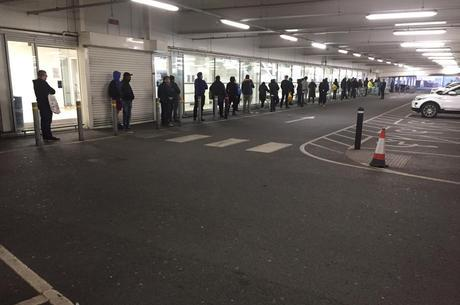 Ingleses formam longas filas na porta de mercados