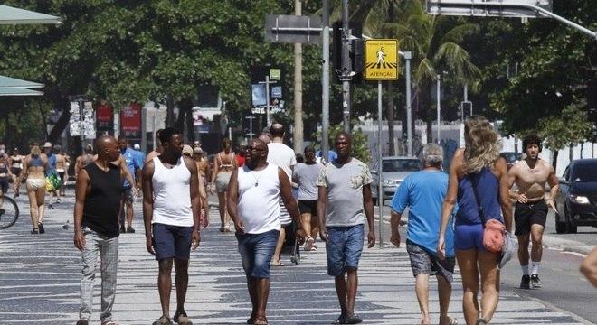 Apesar do isolamento, os cariocas aproveitaram o dia de sol para caminhar em Copacabana