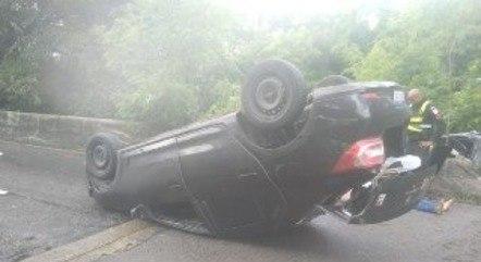 Um veículo capotou e outro desceu a ribanceira