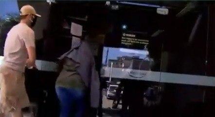 Thayná se escondeu ao entrar na 16ª DP (Barra da Tijuca)