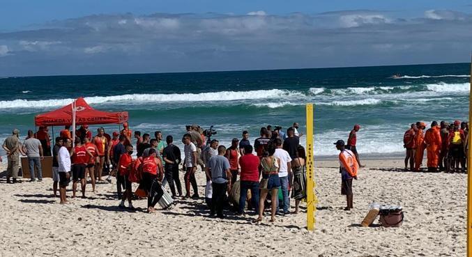 Equipes fazem buscas por bombeiro que desapareceu no mar durante treinamento