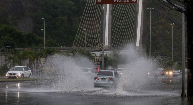 Chuva forte formou bolsões de água em diversas partes da cidade