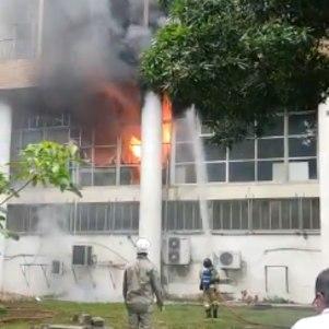 O incêndio atingiu o prédio da reitoria