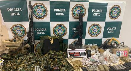 Polícia apreendeu fuzis e drogas na operação
