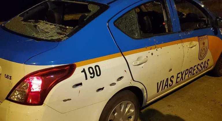 Marcas de tiros de fuzil e pistola na viatura mostram a intensidade da ação