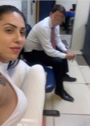 Monique tirou selfie em delegacia