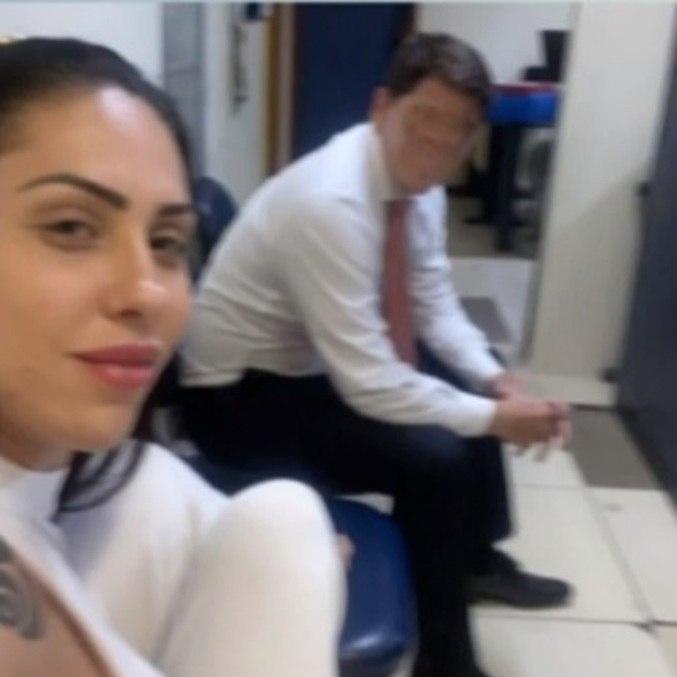 Monique Medeiros em seflie tirada na delegacia no dia de depoimento sobre morte do filho