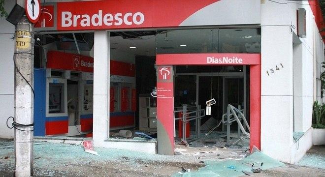 Agência foi atacada no fim da madrugada na rua Honório, no Cachambi