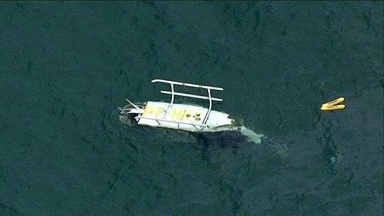 Helicóptero cai em praia no Rio e deixa 1 morto