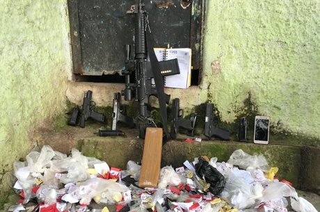 Armas e drogas foram apreendidas durante operação