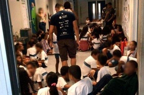 Alunos de escola da Maré se protegem durante tiroteio