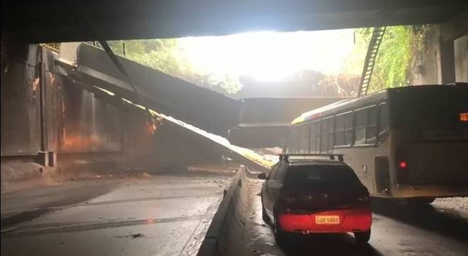 Parte de teto do túnel acústico caiu e atingiu frente de ônibus