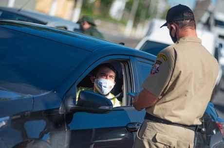 Autoridades abordam motoristas nas ruas