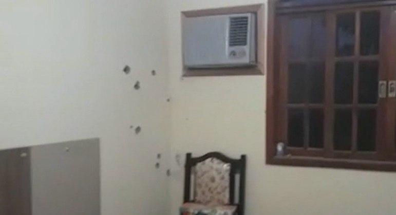 Marcas de tiros nas paredes da casa onde João Pedro estava com amigos quando morreu
