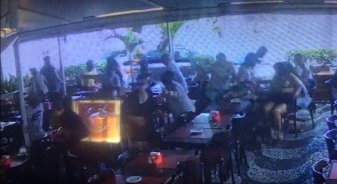 Câmeras flagraram o momento em que carro atingiu restaurante