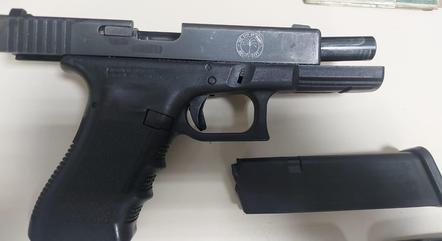 Arma apreendida tem brasão da polícia de Miami