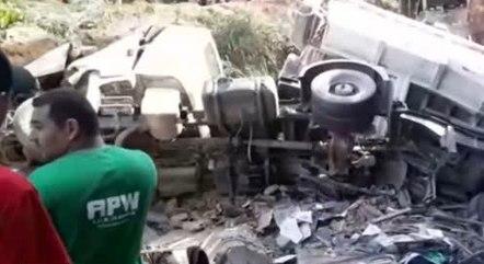Caminhão destruiu três casas da mesma família