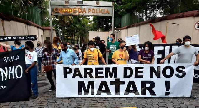 Manifestantes protestaram na porta da Cidade da Polícia Civil, no Jacaré, zona norte do Rio