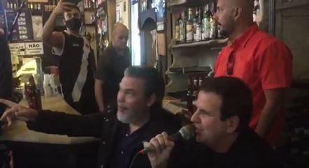 Sem máscara, Paes cantou em bar no Rio