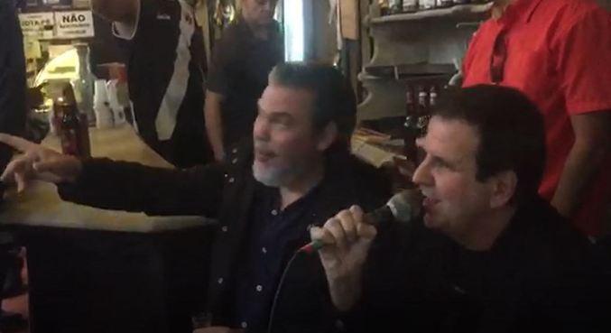 Paes aparece cantando em bar no centro do Rio durante gravação
