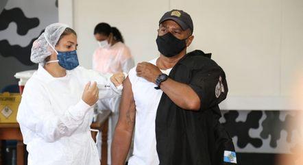Policiais estão entre as prioridades na vacinação