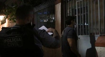 Policiais durante busca e apreensão