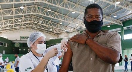 Rio vacina pessoas com 26 e 25 anos dos grupos prioritários