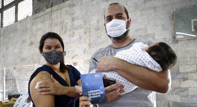 Rio aplica 1ª dose em adultos acima de 45 anos e em grupos prioritários