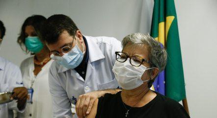 Mulheres de 58 anos recebem vacinas nesta quinta