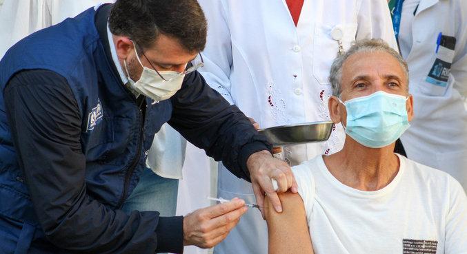 Alexandre Souza Almeida foi o primeiro a receber o imunizante na cidade