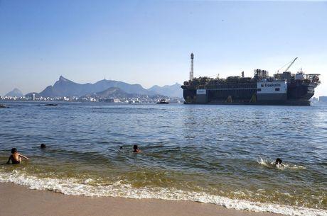 Mancha de óleo surgiu na Baía de Guanabara após naufrágio