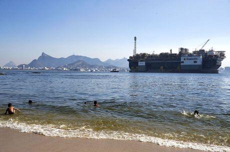 Baía recebe embarcações por dois canais principais