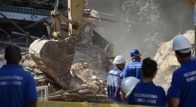 Máquinas trabalharam para remover escombros dos dois prédios