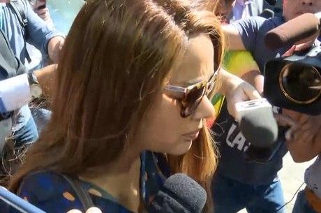 Flordelis foi cercada por jornalistas ao sair de delegacia