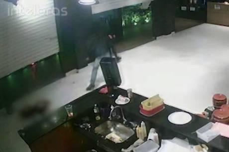 Câmeras de segurança flagraram a ação dos criminosos