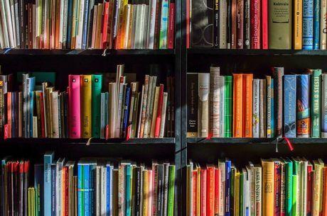 Doadores podem agendar entrega de livros pelo WhatsApp
