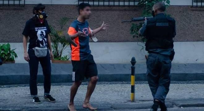 PM apontou fuzil para manifestante desarmado em ato no Rio