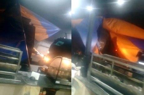 Vídeos mostram blindados derrubando estrutura da festa